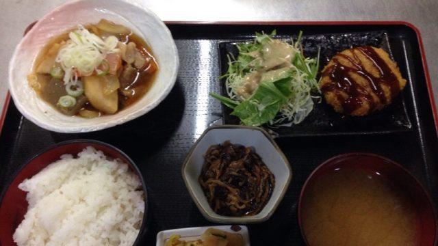 鳥取駅前ランチ・ひき肉たっぷりコロッケと、豚肉と里芋の炊き合わせです!