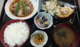 しいらの天ぷら味噌マヨネーズソースがけとキノコ肉豆腐です。